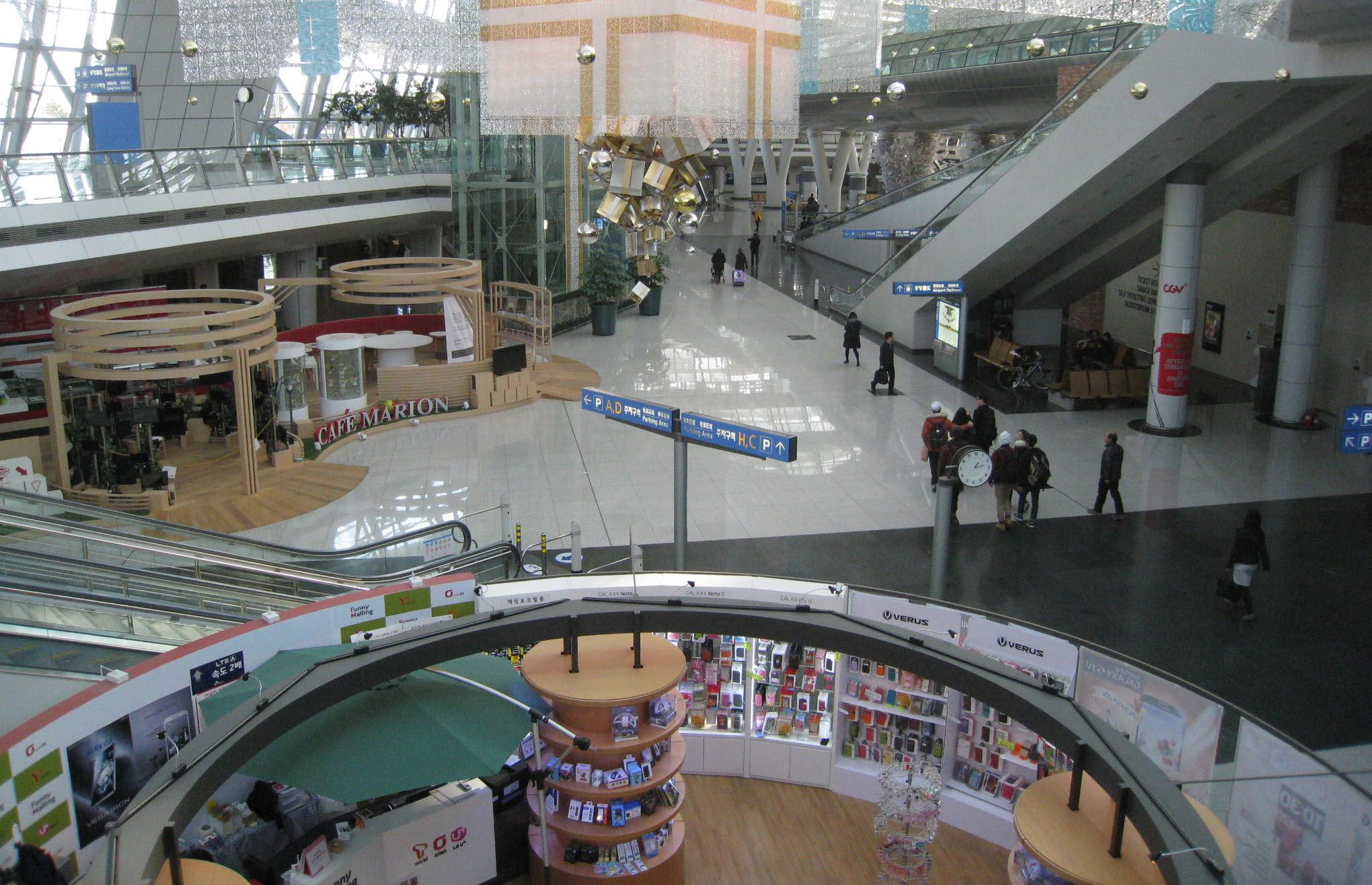 인천공항 내부 전경 모습입니다.