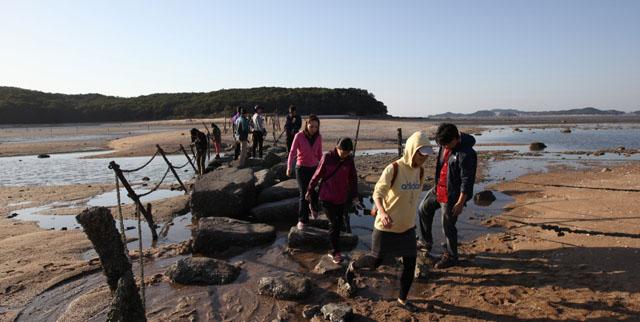 실미해변 풍경 입니다. 무의도에서 바닷물이 빠지는 썰물 때 징검다리를 통해 오가는 사람들의 사진입니다.