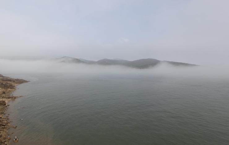 해무(바다 위에 끼는 안개)에 휩싸인 무의도, 무의조무 전경 사진 이미지입니다.