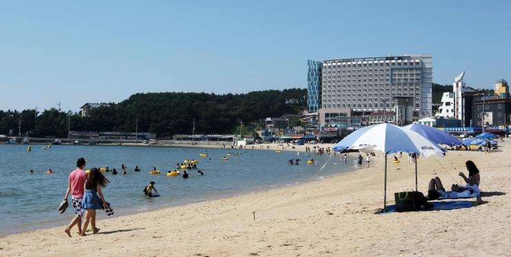 여름철 을왕리 해변에서 수영을 즐기고 있는 풍경 사진 이미지입니다.