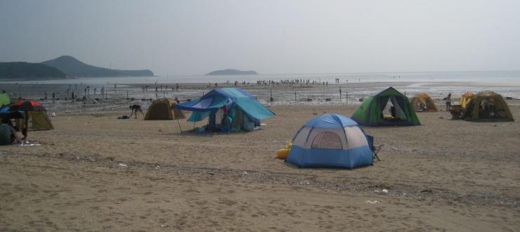 마시란 해변에 텐트가 설치된 모습을 담은 사진 이미지입니다.
