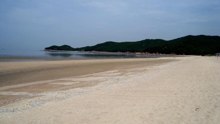 하나개 해변의 백사장(강가나 바닷가의 흰모래가 깔려 있는 곳) 풍경 사진 이미지입니다.