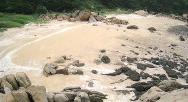 북파공작원들의 훈련 막사가 있던 실미도 뒷편 해변가 주변의 풍경 사진 이미지입니다.