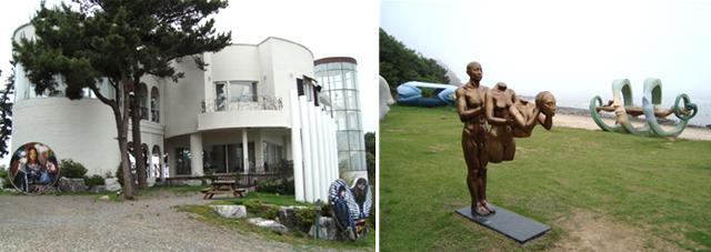 시도 수기해변 언덕에 있는 드라마 슬픈연가 촬영지 세트장(왼쪽)과 모도 배미꾸미 조각공원(오른쪽)이 보이는 사진 이미지입니다.