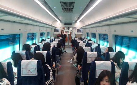 직통열차에 직접 탑승 체험을 하고 있으며, 실내 개별 좌석에 앉아 있는 모습입니다.