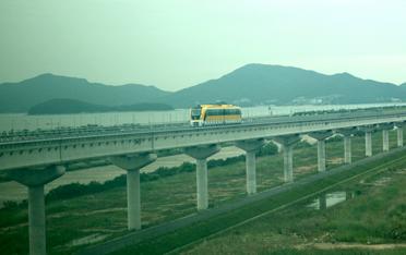 선로위를 운행중인 자기부상열차 노선 주변의 풍경 사진 이미지입니다.