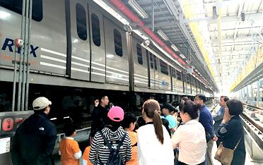 공항철도 열차 모의운전실에서 열차운행 조작을 하고 있는 모습입니다.