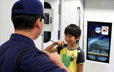 공항철도 열차에서 비상인터폰을 사용을 체험하고 있는 남자아이 모습입니다.