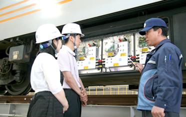 공항철도 용유차량기지내 차량검수고에서 교관의 설명을 듣고 있는 모습입니다.