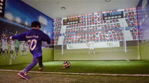 밸런스 파크내 축구 체험부스에서 가상의 시뮬레이션으로 축구공을 골대 안으로 차는 어린아이의 모습입니다.