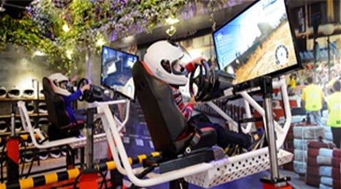 밸런스 파크내 레이싱 체험부스에서 안전모를 쓰고 레이싱 게임을 하고 있는 어린아이의 모습입니다.