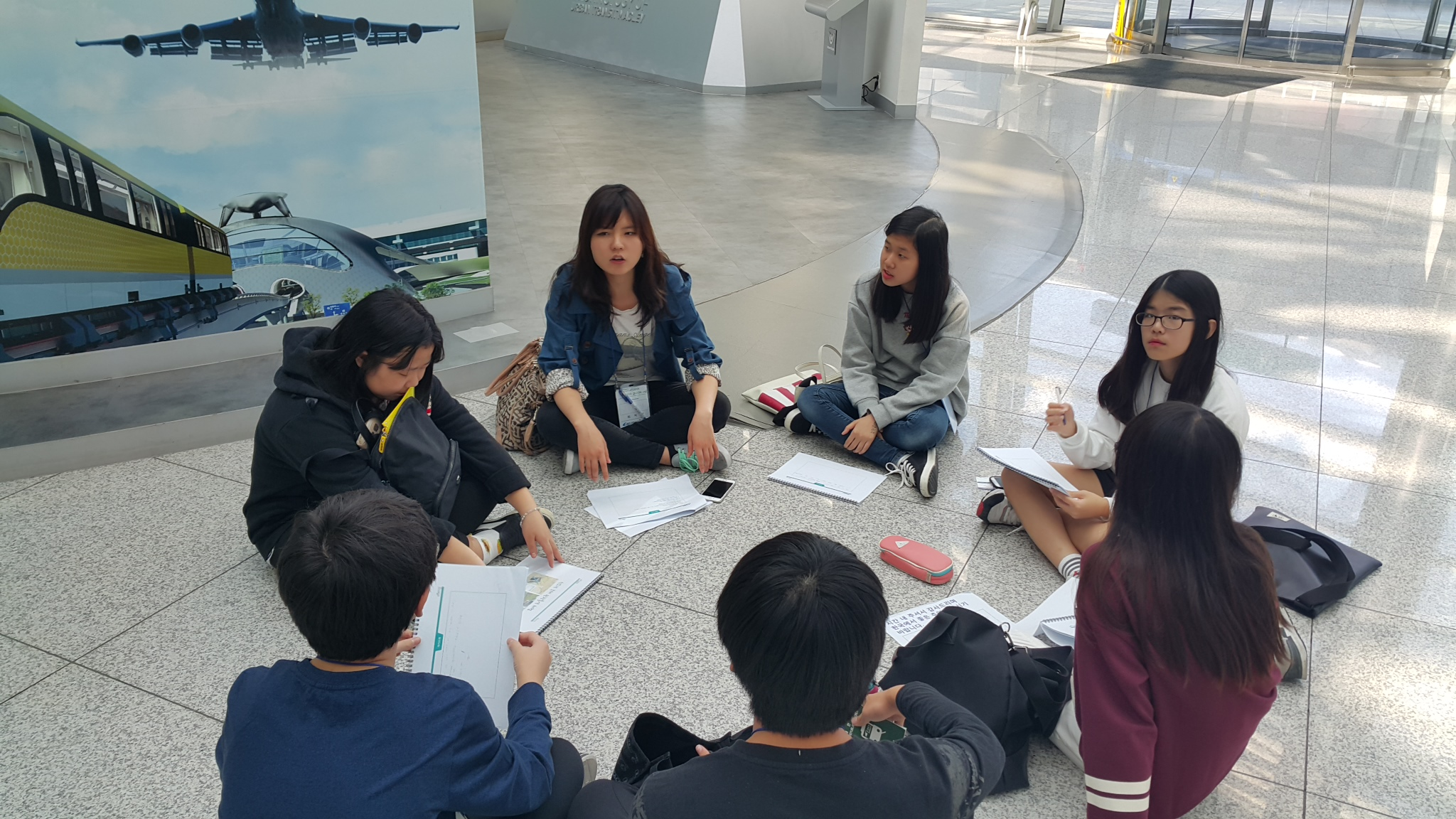 관광통역 현장실습을 체험중인 실습생 여섯명이 원형으로 앉아서 이야기를 나누고 있는 모습입니다.