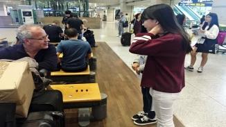 관광통역 현장실습을 체험중에 외국인 성인 남자 한명과 대화중인 실습생 두명의 모습입니다.
