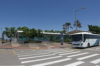공항화물청사역 역사 앞 버스정류장 사진입니다.