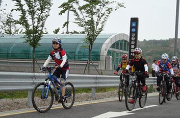 공항화물청사 역사 근처의 자전거 동호회 사진입니다.