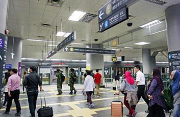 김포공항역을 이용하는 고객들의 사진입니다.