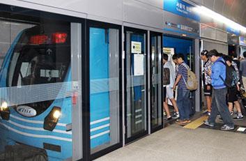 일반열차를 이용하고 있는 고객들의 모습입니다.