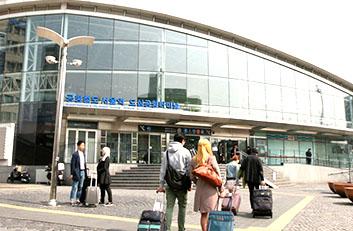 서울역 역사 내로 고객들이 들어가는 모습입니다.