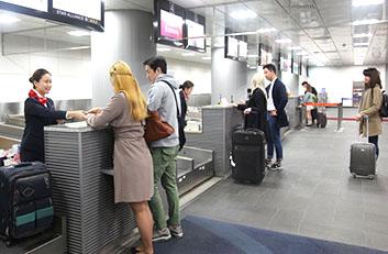 서울역 도심공항터미널에서 체크인 하는 모습입니다.