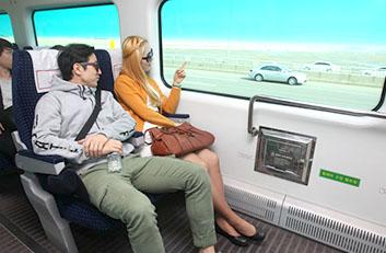 직통열차를 이용하고 있는 고객들의 모습입니다.