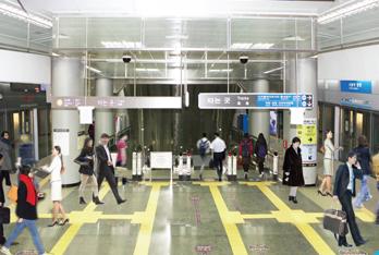 공항철도와 9호선이 평면환승이 가능한 김포공항역 모습입니다.