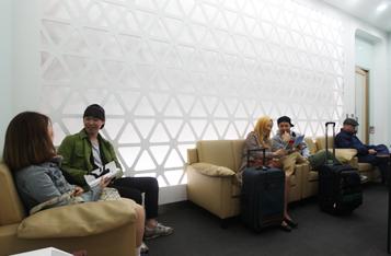 서울역 고객 라운지를 이용하는 사진입니다.