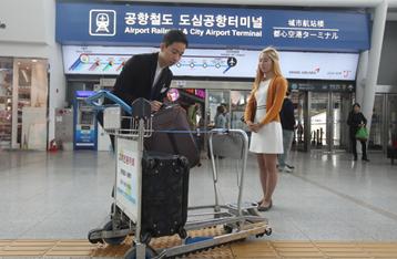 서울역의 포터 서비스를 이용하는 사진입니다.