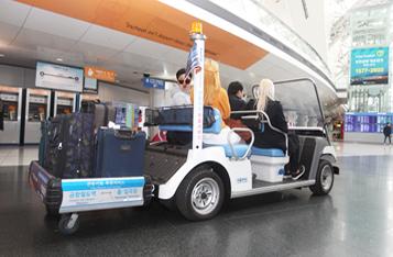 인천공항역의 전동카트 서비스를 이용하는 사진입니다.