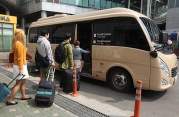 서울역에서 공항철도 제휴 호텔 셔틀버스를 무료이용하는 사진입니다.